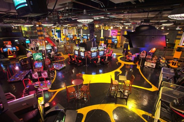 Gameworks is a perfect combination of games, food and fun located in Las Vegas, Newport, Seattle, Schaumburg, Denver, Mall of America and Chesapeake.